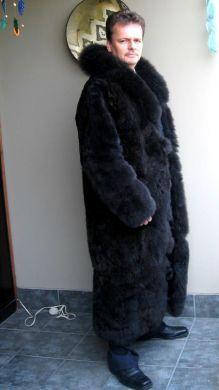 Ein klassischer Herren #Pelzmantel aus schwarzem Babyalpaka #Pelz gefertigt. Ein seidig weicher Edelpelz den Sie nur in Peru finden können, eine absolut kostbare Rarität.