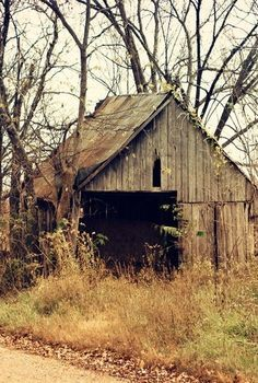 Amazing old barn photography Make certain to use a level after hanging each frame to be certain each frame is straight before continuing on to the next Farm Barn, Old Farm, Abandoned Houses, Old Houses, Farm Houses, Abandoned Castles, Abandoned Mansions, Abandoned Places, Barn Photography