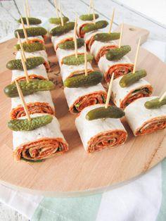 Vegan wrap snacks with filet americain red onion and arugula Simplyvegan. Vegan Snacks, Healthy Snacks, Vegan Recipes, Birthday Snacks, Lunch Wraps, Good Food, Yummy Food, Taco, Food Platters