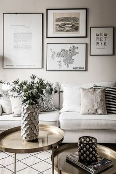 This minimalist living-room is motivated by water, the valuable material origin of life on our world. Home Living Room, Living Room Decor, Living Spaces, Design Scandinavian, Piece A Vivre, New Room, Interior Design Inspiration, Decoration, Minimalist Living