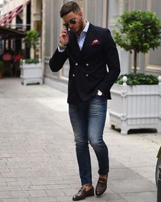 Business casual inspiration with brown horse bit loafers no show socks skinny jeans light blue button up shirt navy double breasted blazer patterned silk pocket square sunglasses Mode Masculine, Casual Blazer, Casual Outfits, Blazer Jeans, Smart Casual, Men Casual, Herren Style, Herren Outfit, Fashion Mode