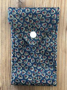 Tunella's Geschenkeallerlei präsentiert: Krawattentascherl - Wenn poppige Krawatten den Zweck ihrer ersten Bestimmung erfüllt haben, kann man ihnen zu neuen Aufgaben verhelfen - groovy, baby... #tunellasgeschenkeallerlei #näherei #krawattentasche #handgemacht Shirt Dress, Mens Tops, Baby, Shirts, Fashion, Ties, Yarn And Needle, To Draw, Bags