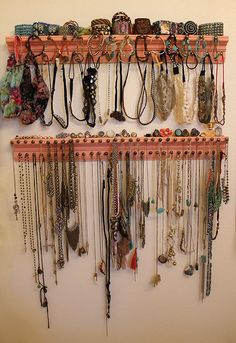 diy jewelry organizer easy and holds a lot!!  I need something like this.  my necklaces always get tangled.  When I try to take one off the rack, 3 others come too!