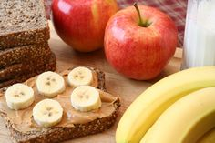 20 ideas for healthy kids snacks. going to use for my Girl Scout snack badge. some good snacks that the girls will like Healthy Breakfast For Kids, Healthy Bedtime Snacks, Healthy Snacks For Kids, Healthy Recipes, Healthy Meals, Kid Snacks, Healthy Breakfasts, Breakfast Bites, Study Snacks