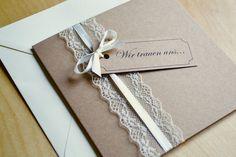 **Gestaltung:** Liebevoll gestaltete quadratische Einladungskarten zur Hochzeit im angesagten vintage Design mit Spitze & Schleifchen in creme oder weiss ist möglich.Die Karte ist aus 283 g /m2...