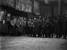 Baldomer Gili Roig. Sala Parés (Barcelona), c. 1910. Santiago Rusiñol, 4t per l'esquerra | Flickr