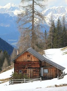 All I Need is a Little Cabin in the Woods Photos) - Suburban Men Old Cabins, Log Cabin Homes, Cabins And Cottages, Rustic Cabins, Winter Cabin, Cozy Cabin, Ideas De Cabina, Location Chalet, Stations De Ski