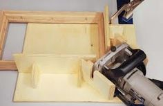 Woodworking Jigs Biscuit Joiner Spline Jig - Canadian Woodworking Magazine - Shop Jig: Create strong, attractive mitre joints with splines Canadian Woodworking, Woodworking Jig Plans, Woodworking Equipment, Beginner Woodworking Projects, Learn Woodworking, Woodworking Supplies, Woodworking Crafts, Woodworking Magazine, Woodworking Store