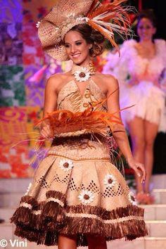 Ethnic Fashion, African Fashion, Island Wedding Dresses, Tahitian Costumes, Fashion Wear, Fashion Outfits, Polynesian Dance, Tapas, Hula Skirt