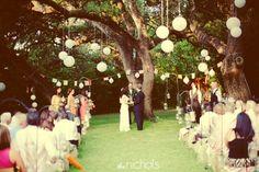 decoração de jardim para casamentos - Mais uma inspiração do mesmo altar na árvore. Lindo, né! <3