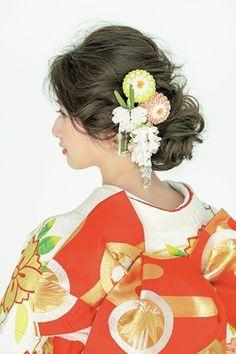 白地に桜柄の振袖につまみかんざしを合わせて可愛らしく/Side