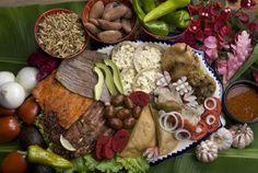 Platón de carnes asadas, contiene tasajo, cecina, chorizo, salchicha oaxaqueña, chapulines, chicharrón, memelitas, quesadillas fritas, chiles de agua, etc.
