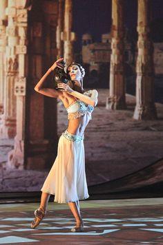 La Bayadere – Page 3 – Dance. Ballet Poses, Ballet Art, Ballet Dancers, Nutcracker Costumes, Ballet Costumes, Dance Costumes, Royal Ballet, Alvin Ailey, Clown Cirque