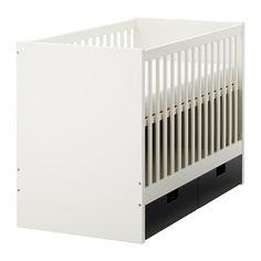 Ikea Stuva. Sängyn pohja voidaan säätää kahdelle eri korkeudelle. Toinen sängyn laidoista voidaan irrottaa, kun lapsi on tarpeeksi vanha menemään itse sänkyyn ja nousemaan sieltä pois.