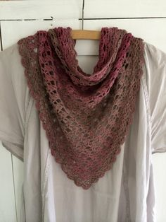 Fertig: Mein gehäkeltes Lace Dreieckstuch You are in the right place about Diy Wool Blanket Here we Crochet Shawls And Wraps, Knitted Shawls, Crochet Scarves, Knitting Designs, Knitting Patterns, Crochet Patterns, Ravelry, Triangle Scarf, Knitting For Beginners