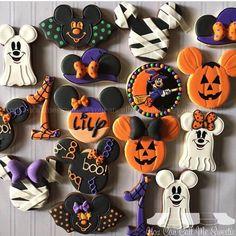 Disney Halloween Mickey and Minnie Cookies Mickey Halloween Party, Halloween Desserts, Halloween 1st Birthdays, Halloween First Birthday, Halloween Torte, Dulces Halloween, Pasteles Halloween, Bolo Halloween, Halloween Look