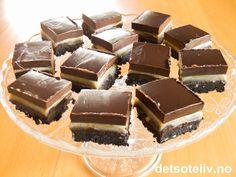 """""""Oreo Chocolate Truffle Bars"""" er virkelig dekadente saker! Kaken innholder ikke kakedeig og er vel egentlig snarere å regne som deilig, eksklusiv sjokoladekonfekt! Bunnen er basert på masse herlige, knuste Oreo-kjeks som blandes med smør og hakkede pecannøtter. Deretter følger tre nydelige lag kremete sjokoladetrøffel med henholdsvis kaffelikør, hvit sjokolade og mørk sjokolade. """"Oreo Chocolate Truffle Bars"""" er ikke vanskelige å lage, men resultatet blir svært så elegant:..."""