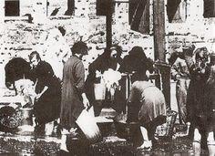 Roma,primavera 1944,donne romane lavano nelle fontane pubbliche presso il Colosseo per mancanza di acqua nelle case dopo i bombardamenti