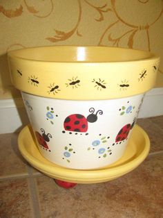 Oh this is such a cute decorated clay pot! I love the lady bugs and ants- I'm defiantly going to DIY paint one just like it! Fun craft idea and nice to do fill with a plant and give as a gift! Flower Pot Art, Clay Flower Pots, Flower Pot Crafts, Clay Pot Projects, Clay Pot Crafts, Crafts To Make, Painted Clay Pots, Painted Flower Pots, Hand Painted