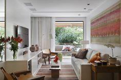 O uso de cores claras e espelhos também transmite a sensação de amplitude. E os espaços promovem a reunião de familiares e amigos