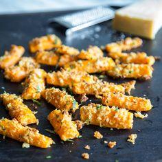 Chips und Co. haben ausgedient, denn die gerösteten Karotten im Parmesanmantel schmecken noch besser. So genießt du den wohlverdiente Feierabend richtig.