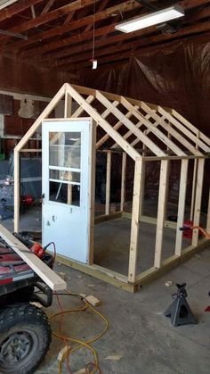 Get inspired ideas for your greenhouse. Build a cold-frame greenhouse. A cold-frame greenhouse is small but effective. Diy Greenhouse Plans, Backyard Greenhouse, Small Greenhouse, Greenhouse Wedding, Homemade Greenhouse, Greenhouse Plants, Pallet Greenhouse, Backyard Sheds, Old Window Greenhouse