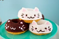 Amigurumi cat doughnut hair clips by Twinkie Chan (for sale in her Etsy shop) Gato Crochet, Kawaii Crochet, Kawaii Diy, Crochet Food, Diy Crochet, Crochet Crafts, Yarn Crafts, Crochet Projects, Amigurumi Patterns