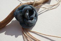 RESERVE P. Collier jolie rose bleu foncé sur fil de coton beige clair : Collier par lolitoi-fimo