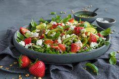 Salat med jordbær og chevre.