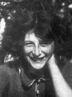 Simone Weil (1909-1943), philosophe française.  Sa vie en usine et au contact de la misère et de l'inégalité lui font prendre conscience de ce que le malheur de l'Homme provient de l'absurdité de sa condition, et implique souffrance physique et déchéance. L'Homme est « déraciné » (l'Enracinement, 1949), dans un monde radicalement mauvais, mais, au cœur du réel, il y a l'ordre suprême, divin, qu'il faut approcher grâce à l'expérience mystique