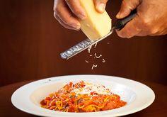 Receita especial italiana de spaghetti com salsa papa pomodoro. E, claro, muito queijo parmesão ralado.
