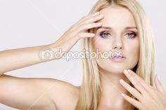 Молодая красивая женщина с красивый Блонд волосы — Стоковое изображение #7087230