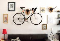 8 Ideias Para Guardar Sua Bicicleta No Apartamento – Pendurar a bike na parede da sala é uma das mais formas mais usadas, e existe diversos tipos de suporte – um mais lindo que o outro – desde ganchos a prateleiras.