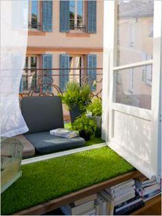 Aménagement petit balcon donnant  sur salon. Gazon synthétique en rouleur posé entre sol balcon et salon