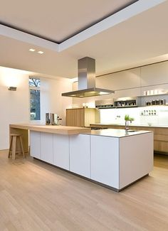 Diese Küche ist modern. Es hat eine Arbeitsplatte und hell ist. Diese Küche ist gemacht mit Holz.