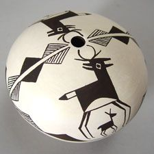 Acoma Pueblo Pottery in Maine - Presenting both traditional and contemporary pottery by Acoma artists.