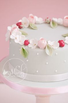 Sweet Round Little Cake With Rosebuds Apple Blossoms And Sugar Strawberries Rosebud Technique Learned From Cotton Amp Crumbs Sweet round. Bolo Fondant, Fondant Flower Cake, Fondant Cakes, Cupcake Cakes, Cupcakes, Creative Cake Decorating, Birthday Cake Decorating, Cake Decorating Techniques, Torte Rose