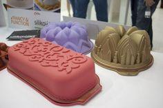 """A Siliko Mart apresenta as formas em silicone para bolos e cupcakes. Maleáveis, possuem uma espécie de """"alça de segurança"""", que é colocada em volta da forma para sustentar a massa. Os modelos são variados: de flores a coroas e castelos."""