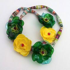 Summer solstice - náhrdelník Veselýmierne extravagantný náhrdelník. Vcentrálnej časti náhrdelníka sú na striedačku umiestnené tri zelenožlté adva žlté kvietky spriemerom 3-4cm.Dĺžka náhrdelníka je približne 51cm. Náhrdelník je bez zapínania nakoľko je navlečený na elastickej klobúkovej gumičke. Náhrdelník je súčasťou kolekcie Recy Floral, ktorá bola ...