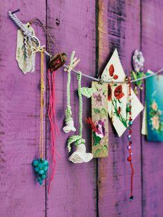 Kleine Ackerwinden machen sich gut als Wanddekoration. Aus burda style 08/2011 - Wunderschöne Häkelblumen. Foto: Christine Bauer