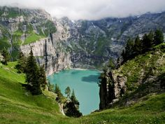 Lago Oeschinen, na Suíça. Um pedaço do paraíso.