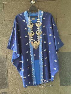 Lebih ke blus kalong..rasa kebaya..berbahan motif jumputan Blouse Batik, Batik Dress, Blouse Patterns, Blouse Designs, Hippy Fashion, Model Kebaya, Batik Kebaya, Look Short, Kimono Design
