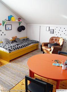lastenhuone,keltainen sänky,oranssi pöytä,lastenpöytä,lastentuoli