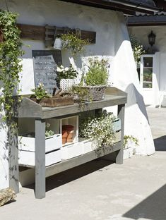 Charming Outdoor Garden Potting Table Design - Decorate Your Home Outdoor Potting Bench, Potting Tables, Outdoor Plant Table, Outdoor Benches, Outdoor Ideas, Outdoor Spaces, Garden Table, Garden Pots, Garden Benches