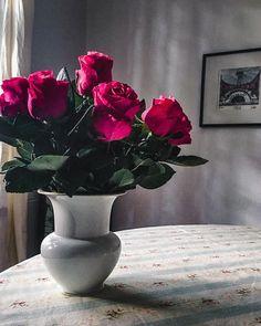 Ein Strauß mit rosa Rosen bringt Farbe in die Wohnung. Ikebana, Amaryllis, Rosa Rose, Home Decor, Lilac Bushes, Tulips, Decorating Ideas, Creative, Cut Flowers