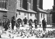 Przechodnie na Placu Mariackim w Krakowie, 1926.  http://audiovis.nac.gov.pl/obraz/61392/27abd01644ad4a324be7885b6c3772f1/