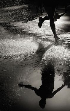 Berlin Marathon 2012 by Juergen Buergin on water, reflection, splash, running, photo b/w Photo D Art, Photo B, Jolie Photo, Black White Photos, Black And White Photography, B&w Tumblr, Street Photography, Art Photography, Landscape Photography