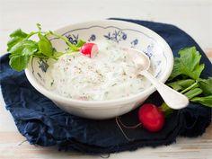 Tzatziki on kreikkalainen kurkkusalaatti, joka on erinomainen lisäke esimerkiksi grillatulle lihalle ja kalalle. Tzatziki, Mashed Potatoes, Side Dishes, Pudding, Breakfast, Ethnic Recipes, Desserts, Food, Drinks