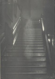 The home that this real ghost picture was captured in is Raynham Hall, Norfolk, England. King George the IV of England and others had seen a ghost deemed the Brown Lady before this photo was taken. She has not been seen since this 1936 photo. Real Ghost Pictures, Ghost Images, Ghost Photos, Scary Stories, Ghost Stories, Paranormal Pictures, Real Paranormal, Ghost Sightings, Ghost Hauntings