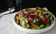 Brokkolisalat med bacon og blåmuggost